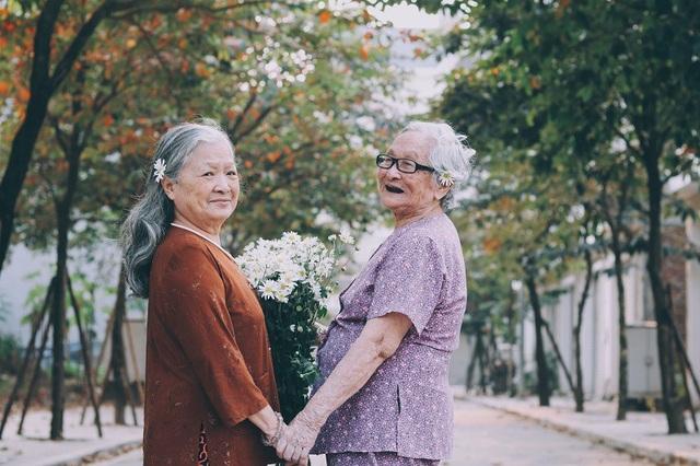 Bộ ảnh đôi bạn già 80 tuổi bên cúc họa mi gây xúc động dân mạng - 10