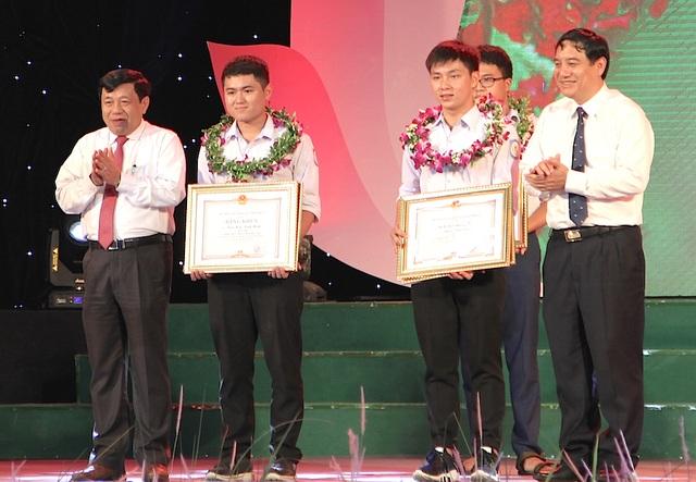 Ông Nguyễn Đắc Vinh - Ủy viên TW Đảng, Bí thư Tỉnh ủy và ông Nguyễn Xuân Đường - Phó Bí thư Tỉnh ủy, Chủ tịch UBND tỉnh trao Bằng khen cho 2 em giành HCV Olympic Toán và Vật lý quốc tế.