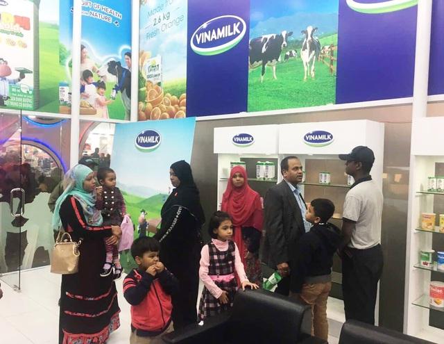 Người tiêu dùng Bangladesh tìm hiểu về các sản phẩm Vinamilk tại gian hàng trưng bày.