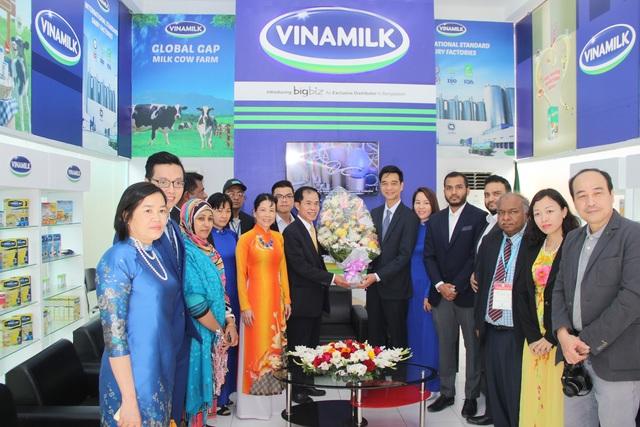 Ngài Đại Sứ Trần Văn Khoa cùng phu nhân và các cán bộ Đại sứ quán Việt Nam tại Bangladesh đến tham quan gian hàng Vinamilk tại hội chợ triển lãm Quốc tế Dhaka lần thứ 22.