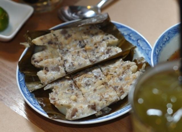 Bánh bèo Hải Phòng là sự kết hợp giản dị nhưng hoàn hảo từ bột gạo, hành khô, mộc nhĩ, thịt lợn để làm nhân bánh và nước chấm đặc biệt được chế biến từ nước xương.
