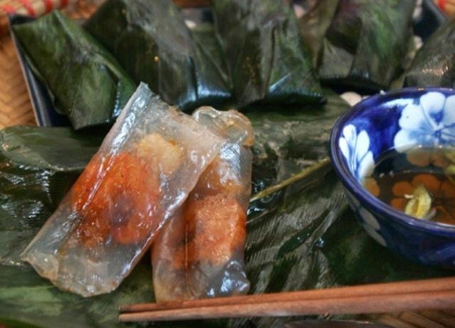 Bánh bột lọc chỉ ăn với mắm ngọt mà không dùng kèm rau.
