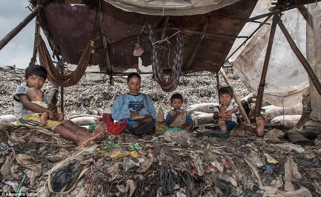 Cuộc sống khốn khó thiếu thốn của những người mưu sinh trên rác