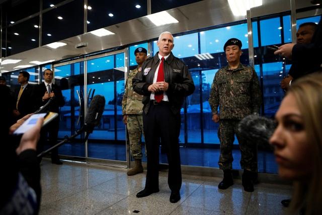 Phó Tổng thống Pence trả lời câu hỏi của báo chí tại làng đình chiến Panmunjom ở khu vực phi quân sự liên Triều.