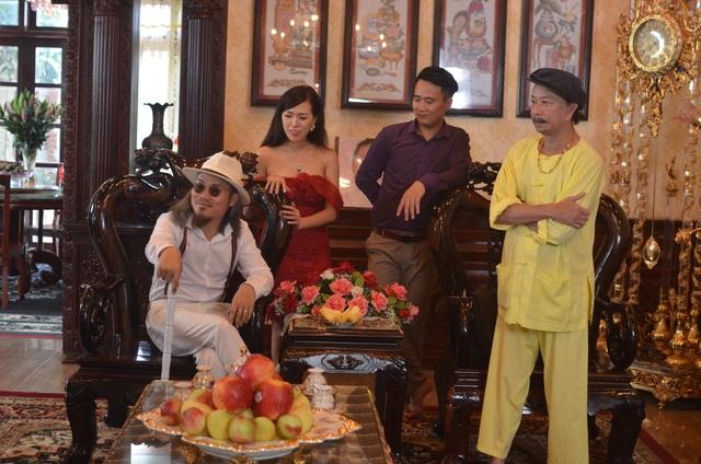 Danh hài Bảo Chung, nghệ sỹ Công Vượng và hotgirl Mai Thỏ trong tiểu phẩm Liên khúc tình xa .