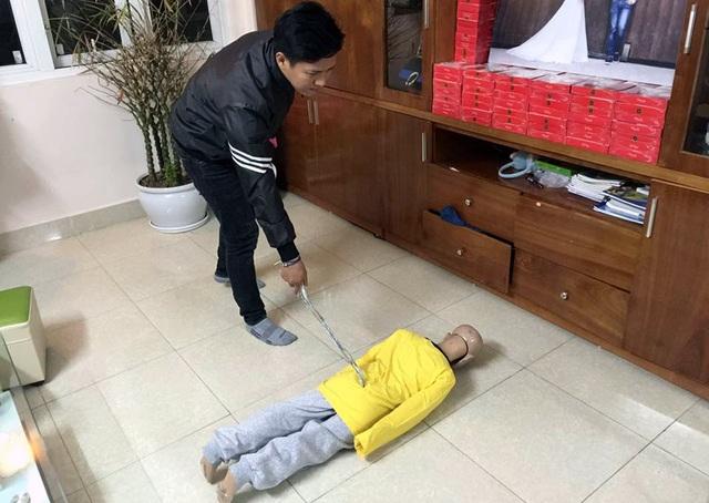 Trần Hoài Nam thực nghiệm lại hành vi tàn nhẫn với con trai đẻ của mình.
