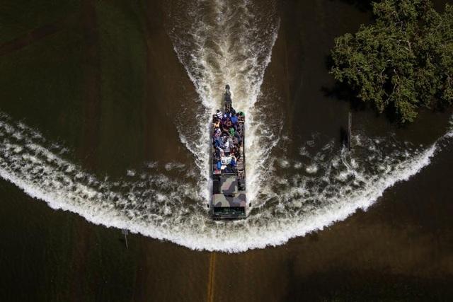 Xe quân sự đưa người đi sơ tán qua một khu vực ngập nước tại Port Arthur, Texas (Ảnh: Reuters)