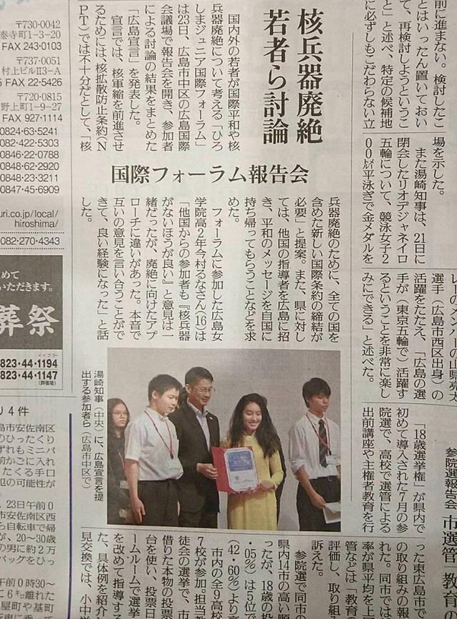 """Bảo Châu được bầu chọn làm Đại sứ quốc tế duy nhất đại diện cho 83 đại sứ quốc tế tham dự diễn đàn Hiroshima International Peace Junior Forum để trao """"Nghị quyết Hòa Bình"""" mang tính chất lịch sử cho Thống đốc quận Hiroshima, ông Hidehiko Yuzaki"""