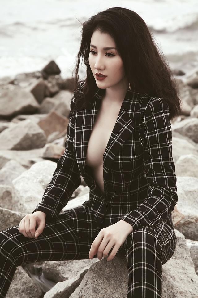 Tuy nhiên, chi tiết táo bạo ở phần ngực buông lơi khiến người đẹp cũng vô cùng gợi cảm.