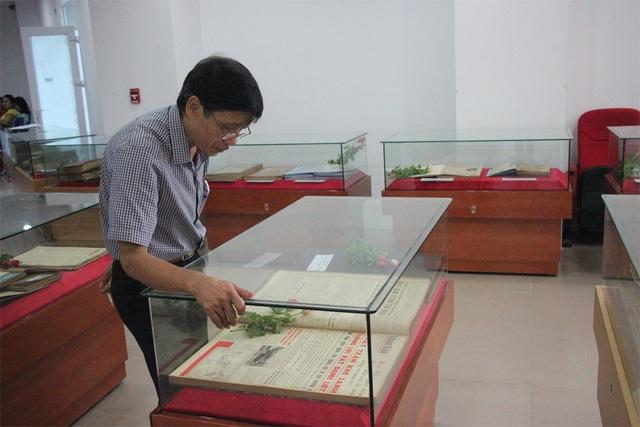 Khu trưng bày 152 tập lưu báo và tạp chí bản gốc.