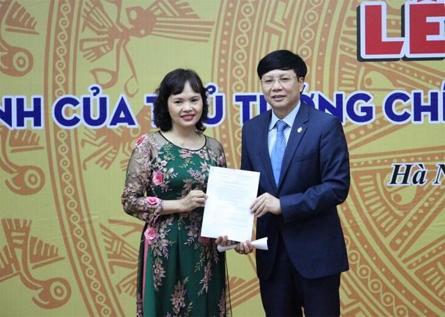 Ông Hồ Quang Lợi trao quyết định Giám đốc Bảo tàng Báo chí Việt Nam cho bà Trần Thị Kim Hoa.