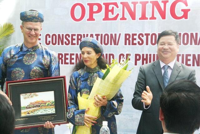 Ông Christian Berger, Đại sứ CHLB Đức và phu nhân nhận hoa và quà từ ông Nguyễn Dung, Phó Chủ tịch UBND tỉnh Thừa Thiên Huế trao tặng