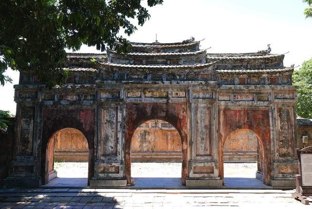 Cổng điện Phụng Tiên