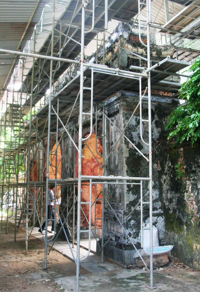 Bộ cổng tam quan đồ sộ của điện Phụng Tiên