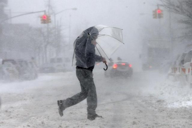 Theo AP, bão tuyết đã tấn công miền đông bắc nước Mỹ hôm 9/2, khiến tuyết rơi dày ở nhiều nơi, trong đó có các thành phố đông dân cư như New York, Boston và Philadelphia.