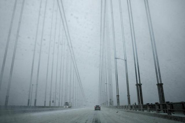 Tuyết rơi trắng xóa trên câu cầu George Washington nối bang New Jersey với thành New York