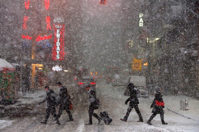 Quảng trường Thời đại ở khu Manhattan, New York mù mịt trong cơn bão tuyết