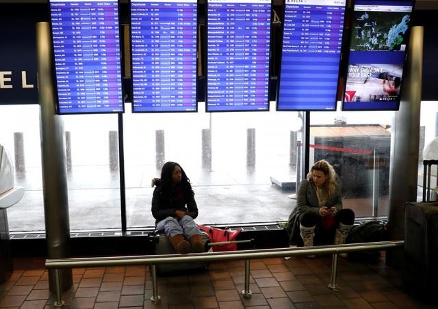 Bão tuyết đã làm đảo lộn cuộc sống của người dân, khi hàng chục nghìn người bị mất điện. Khoảng 3.500 chuyến bay bị hủy tại Mỹ trong ngày 9/2.