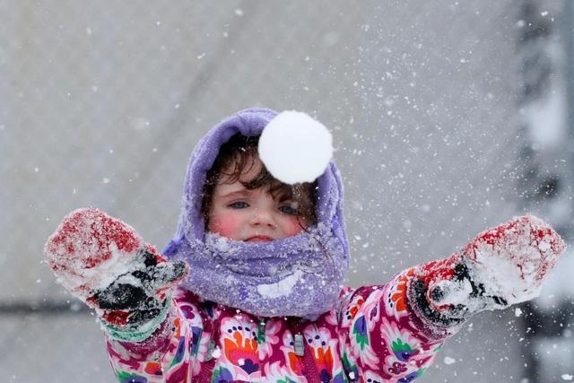 Bé gái Genia Sandley chơi trong tuyết ở quận Brooklyn, New York