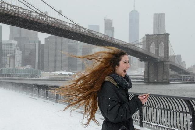 Lenessa Age cười thích thú khi dạo chơi giữa bão tuyết trên cầu Brooklyn