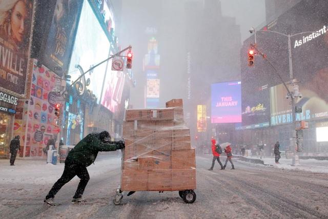 Quảng trường Thời đại, nơi thường sầm uất người qua lại, trở nên vắng vẻ khi bão tuyết tấn công
