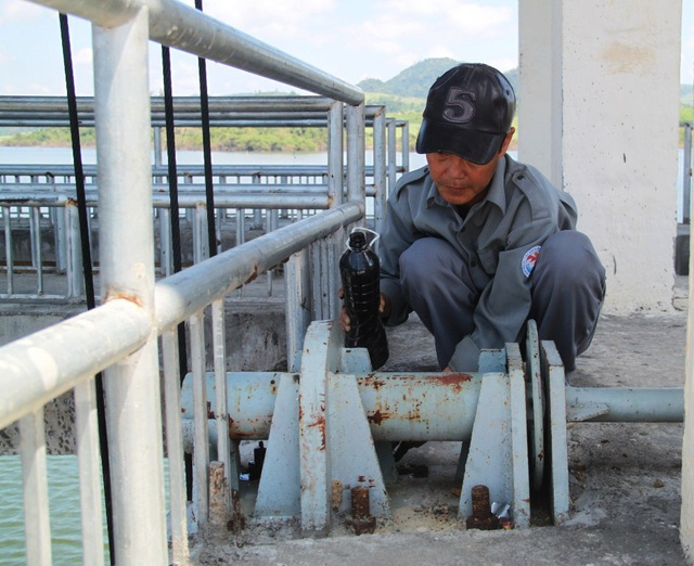 Nhân viên trực ở Trạm Thủy nông Suối Vực thừa nhận có chủ quan lơ là vì từ trước tới nay chưa từng xảy ra sự cố.