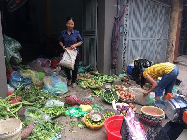 """Mưa liên tục, thực phẩm """"leo thang"""", rau mỗi ngày một giá - 1"""