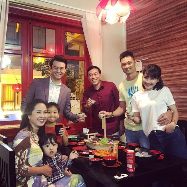 Cũng trong dịp sinh nhật, Bảo Thanh hội ngộ cùng mẹ chồng Lan Phương và người chồng màn ảnh Anh Dũng.