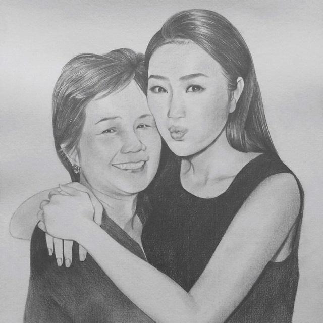 """Ca sĩ Bảo Thy bày tỏ tình yêu của mình dành cho mẹ, cô cũng đăng tải ảnh hai mẹ con được vẽ khá đẹp, cô viết: """"Con yêu Mẹ. Cám ơn các bạn đã tặng Thy 2 bức ảnh đẹp tuyệt vời!!!"""""""