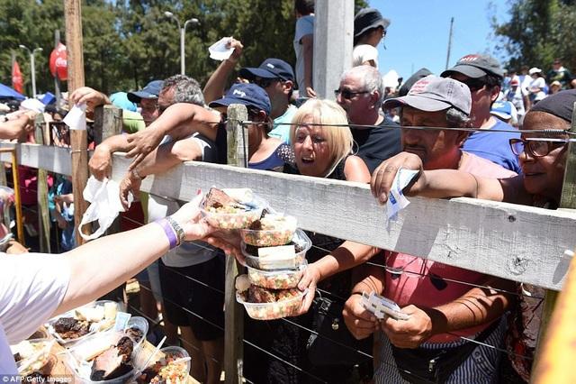 Họ chia thành hàng chục nghìn phần ăn gửi tặng cho người dân và du khách tới dự