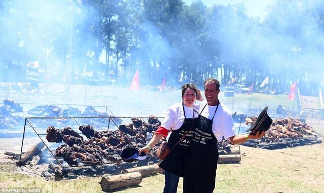 Các đầu bếp cũng dùng gần 8 tấn salat Nga để ăn kèm thịt nướng