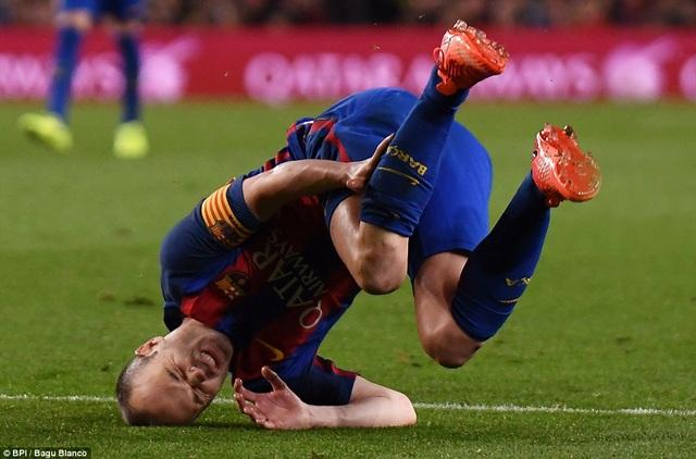Thủ quân Iniesta đau đớn sau tình huống va chạm với cầu thủ Valencia