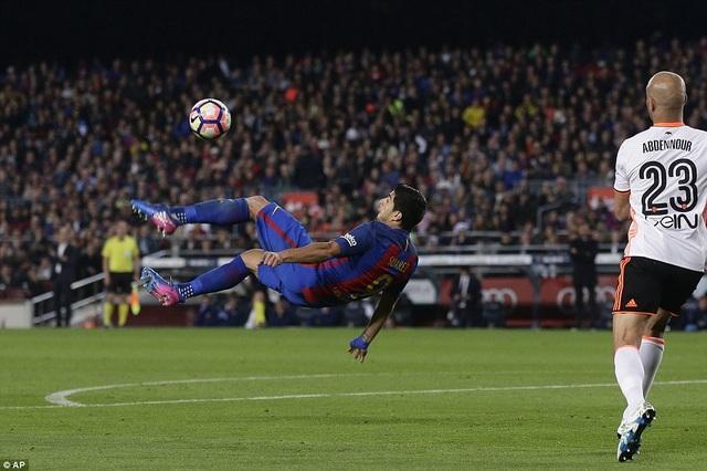 Luis Suarez thu hút sự chú ý với các pha dứt điểm đa dạng