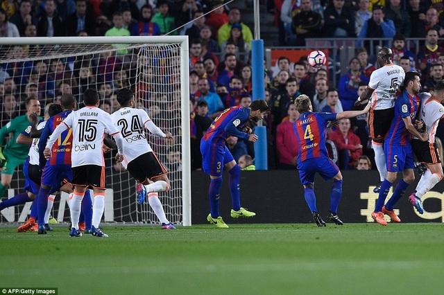 Trước khi bị đuổi, Mangala đã đánh đầu mở tỷ số cho Valencia