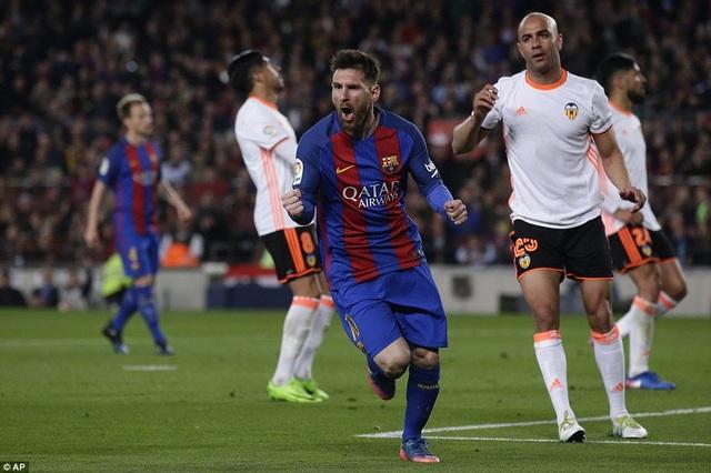 Messi ăn mừng bàn thắng nâng tỷ số lên 2-1 cho Barca ở cuối hiệp 1
