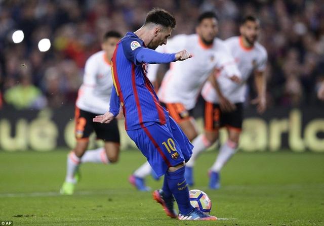 Lionel Messi đã lập cú đúp trong chiến thắng 4-2 của Barca trước Valencia