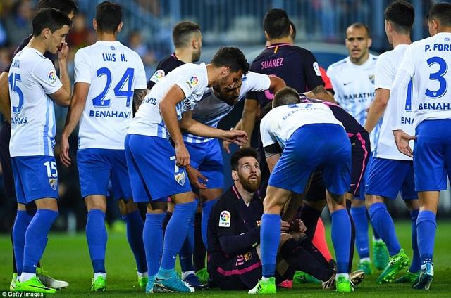 Messi luôn bị bao vây bởi các cầu thủ Malaga suốt trận đấu
