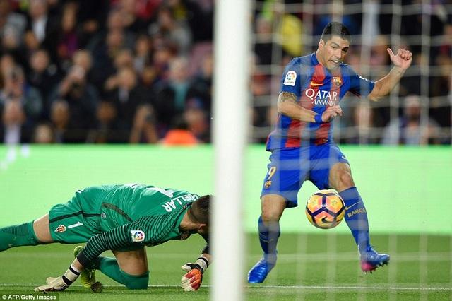 Sau khi Gijon gỡ 1 bàn, Luis Suarez nâng tỷ số lên 3-1 ở phút 27