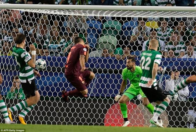 Tình huống Suarez đánh đầu hụt khiến Coates đá phản lưới nhà