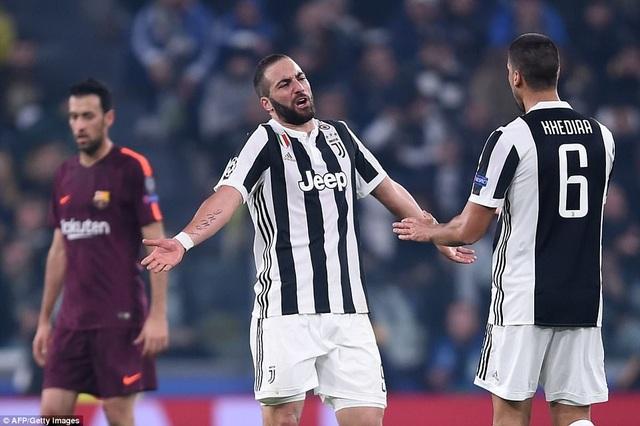 Nỗi thất vọng của Higuain khi Barcelona không thể thắng tại Juventus Arena
