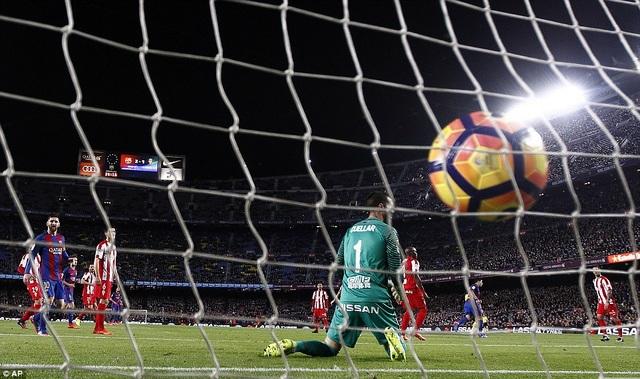 Hai phút sau, Rodriguez đá phản lưới nhà giúp Barca dẫn 2-0