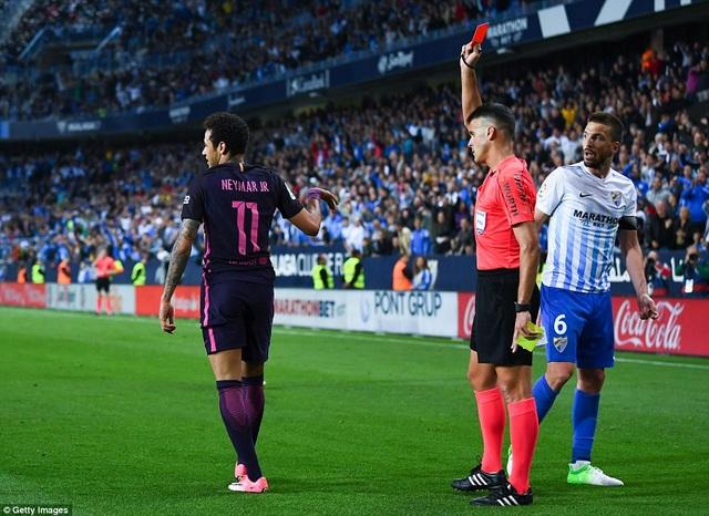 ... sau chiếc thẻ đỏ do vào bóng thô bạo với Llorente