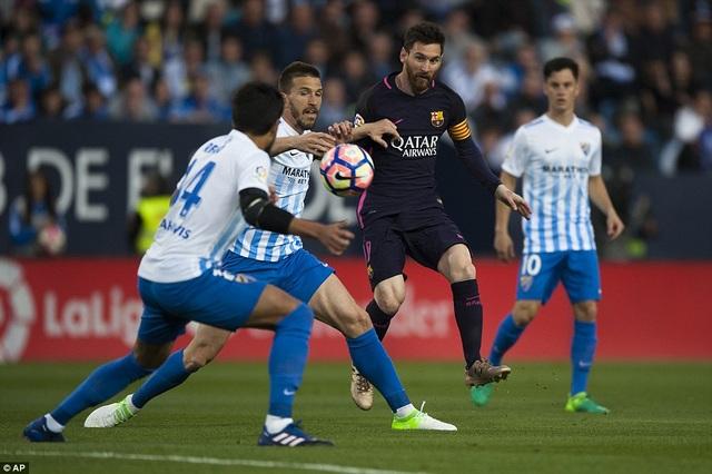 Ngôi sao người Argentina luôn bị theo sát bởi rất đông cầu thủ Malaga