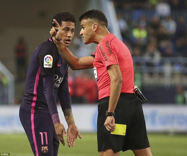 Neymar nhận thẻ vàng ở đầu trận