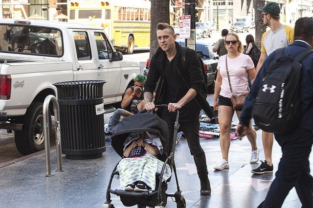 Tạo ra đoạn video đủ sức viral sẽ giúp bạn trở thành ngôi sao trên Youtube và Instagram. Chiêu trò của Baroth là ăn mặc cho Troyer thành một em bé và nằm trên xe đẩy trẻ con, người đẩy chiếc xe đó lại là một ngôi sao Youtube khác - Roman Atwood. Sự bất ngờ khiến cho hình ảnh tạo nên cơn sốt.