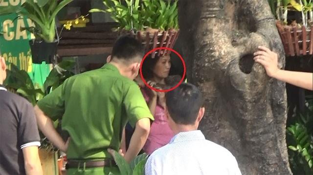 Người phụ nữ (dấu đỏ khoanh tròn) bị đối tượng bắt làm con tin