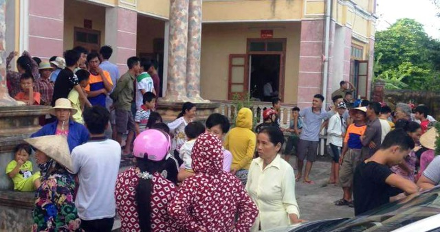 Người dân tập trung rất đông tại UBND xã Minh Tân