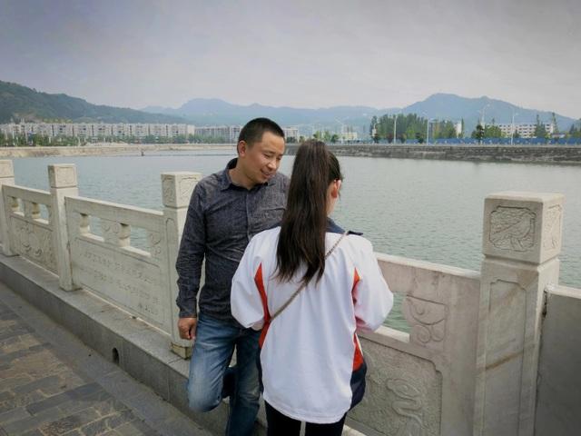 2 cha con Cheng Zhu va Cheng Ying, một trong những cặp cha con hiếm hoi đoàn tụ sau 9 năm thất lạc vì Ying bị bắt cóc. (Ảnh: Washington Post)