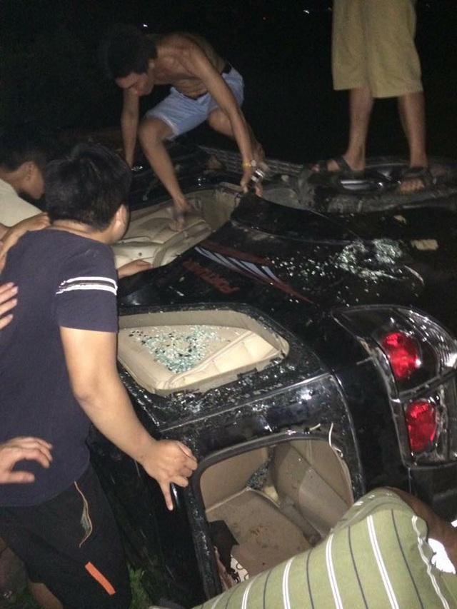 Đập phá, đốt xe Fortuner vì nghi nhóm người trong xe bắt cóc trẻ em - 1