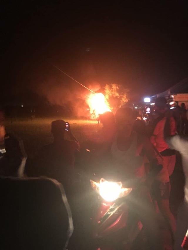 Những hình ảnh đập phá, đốt xe ô tô được lan truyền trên mạng xã hội. (Ảnh: T.L.)